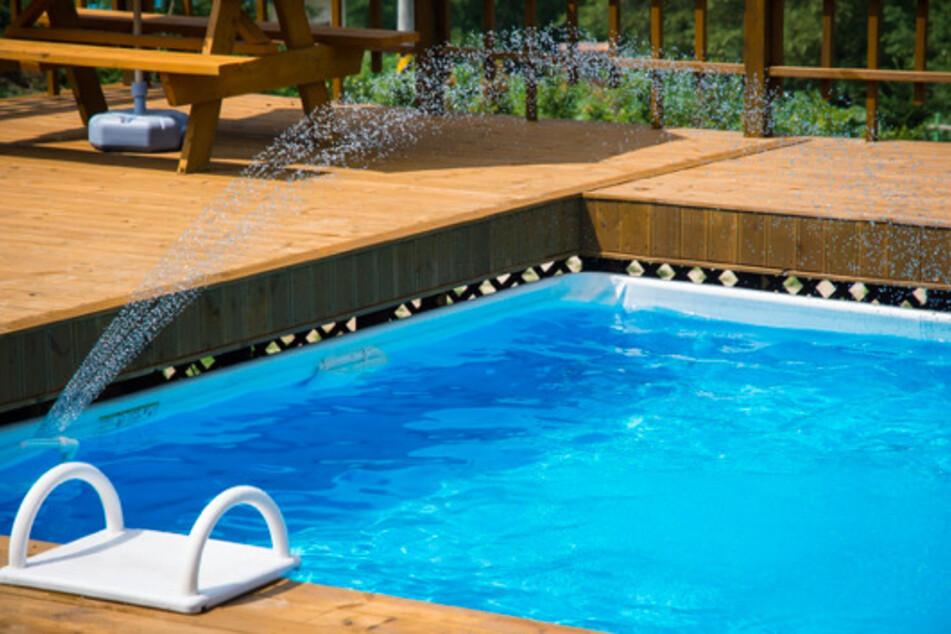 Ein privater Pool im Garten, bereitet Jung und Alt Freude. Material, Bauart und Zubehör entscheiden letztlich darüber, ob und wo sich ein günstiger Pool kaufen lässt.