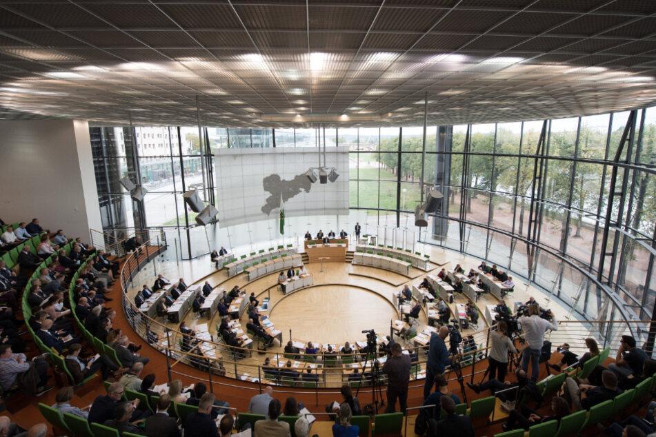 Der sächsische Landtag: Die 119 Abgeordneten sollen ab April 2021 höhere Diäten erhalten - so zumindest lautet ein Antrag von CDU, Grünen und SPD.