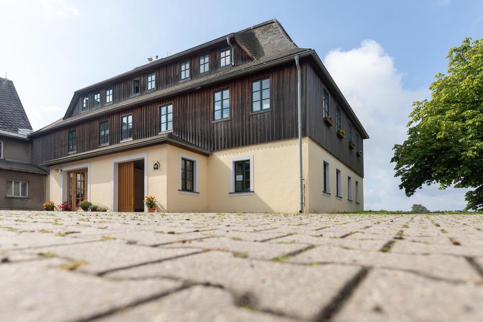 """Die Tür zur Werkstatt der Seiffener """"Denkstatt"""" steht für den junge Kunsthandwerker offen."""