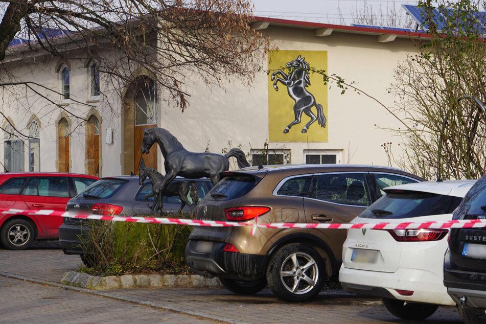 25. Januar: Der Tatort ist mit Flatterband abgesperrt.