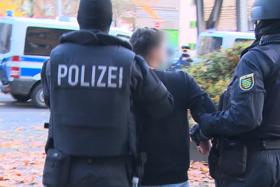 Das Standbild aus einem Video zeigt Polizeibeamte, die in der Gitschiner Straße in Berlin einen Verdächtigen abführen.