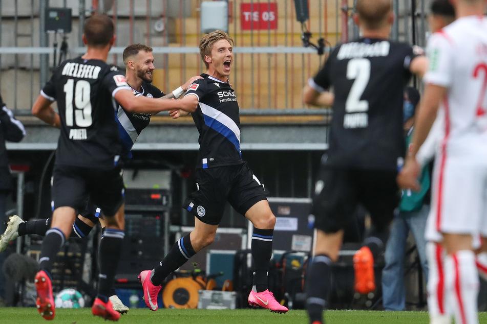 Der Bielefelder Torschütze Joan Simun Edmundsson (M) feiert seinen Treffer zum 1:0.