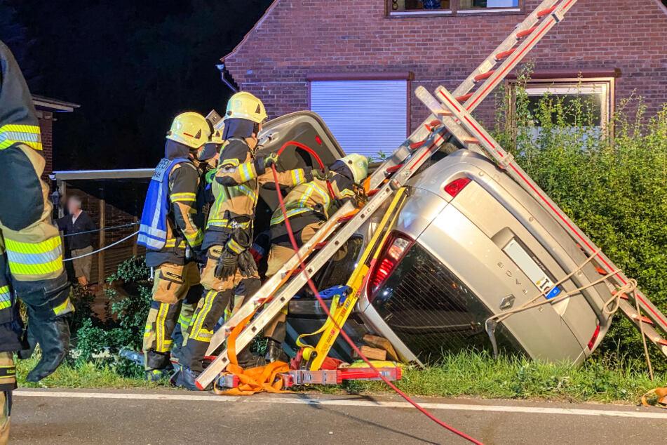 Schwerer Unfall bei Hamburg: Auto überschlägt sich, Fahrerin eingeklemmt