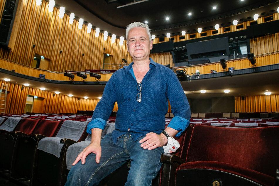 Martin Woelffer, Intendant der Kudammbühnen, sitzt bei einem Pressetermin zur Spielzeiteröffnung der Komödie am Kurfürstendamm im Schillertheater.