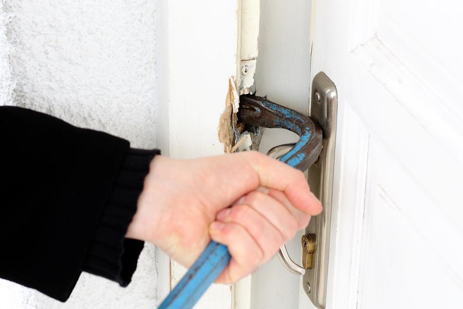 Der Einbrecher hatte sich über die Haustür Zugang zu dem Haus verschafft und war, nachdem er das Erdgeschoss durchwühlt hatte, ins Schlafzimmer gelaufen. (Symbolbild)