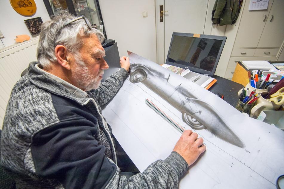 Frieder Bach studiert die Skizzen für den DKW-F9-Wagen, der heute im Fahrzeugmuseum steht.
