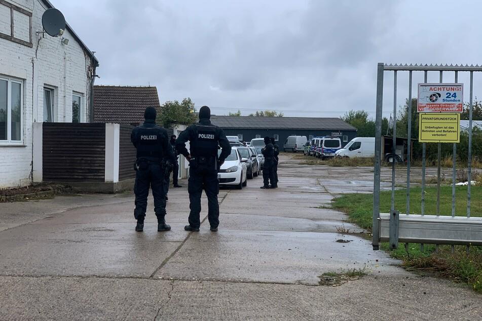 Bei der Auflösung einer rechtsextremen Boxveranstaltung am Samstag in Magdeburg trugen die Polizisten Sturmhauben und Helme.