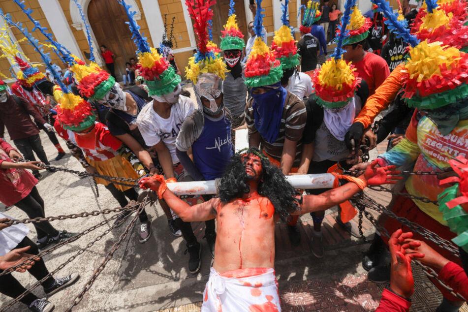 """Christen feiern die Kreuzigung Jesu Christi in """"Los Encadenados""""."""