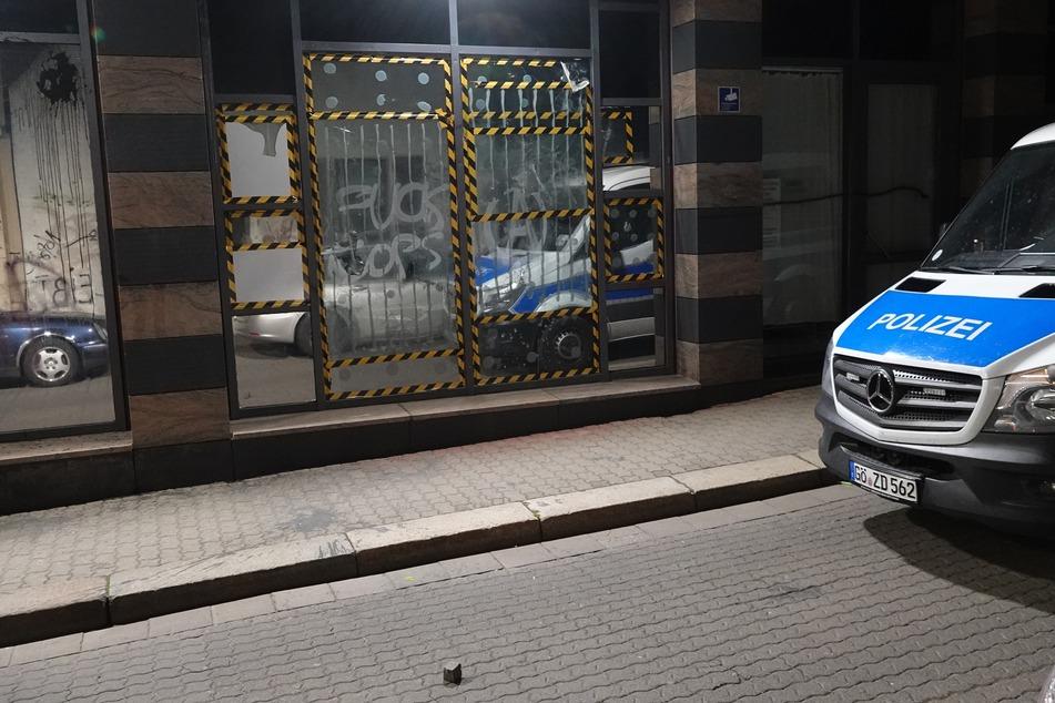 Leipzig: Nach großem Demo-Tag: Brennende Mülltonnen, Steinwürfe auf Polizeiposten und Graffiti in Leipzig
