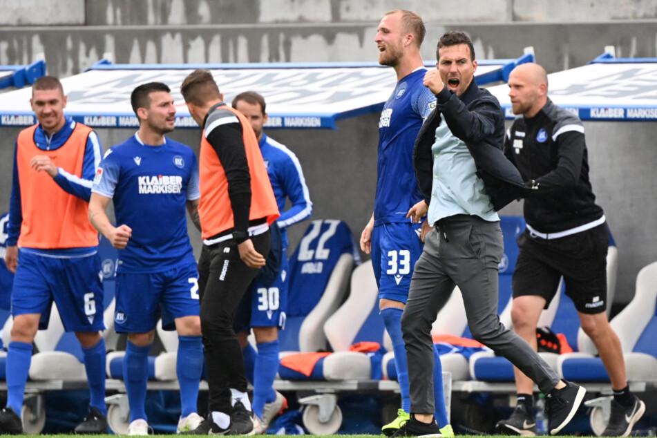 KSC-Trainer Christian Eichner (37, 2. v. r.) bejubelt beim Schlusspfiff den Sieg gegen den VfB Stuttgart.