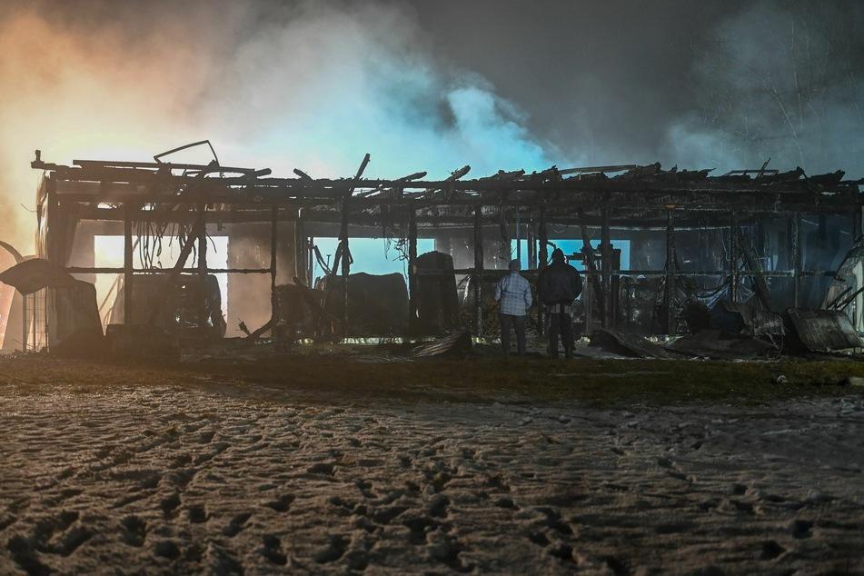 Die Lagerhalle ist komplett ausgebrannt.