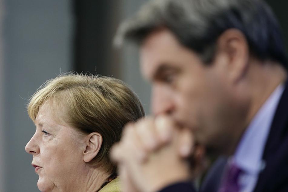 Bundeskanzlerin Angela Merkel (l., 66, CDU) sitzt neben den bayerischen Ministerpräsidenten Markus Söder (54, CSU).
