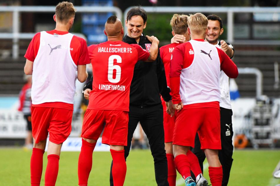 Jubel und Erleichterung beim HFC! Coach Florian Schnorrenberg (3.v.l.) umarmt Vereinsurgestein Toni Lindenhahn (2.v.l.).