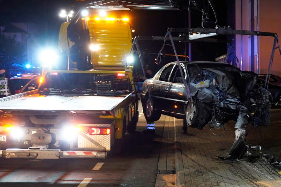 Das Wrack des Opel Omega wurde sichergestellt, die Polizei sucht Zeugen des Crashs.