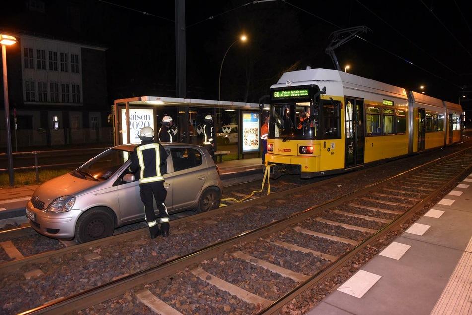 Ein Autofahrer ist am Samstagabend in Oberschöneweide ins Gleisbett geraten.