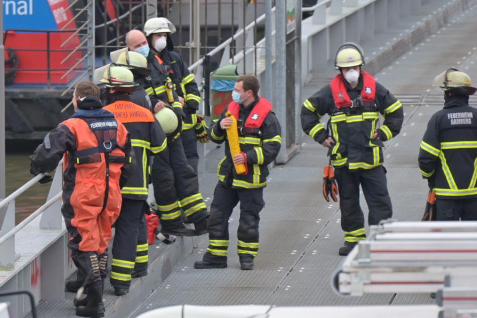 Rettungsaktion in der Elbe: Taucher ziehen Mann aus dem Wasser