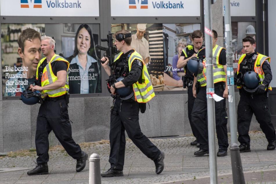 Polizisten stehen vor einer Bank im Stadtteil Wilmersdorf.
