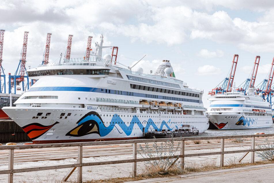 Die Kreuzfahrtschiffe AIDAaura (l) und AIDAcara liegen am Fährterminal Steinwerder.