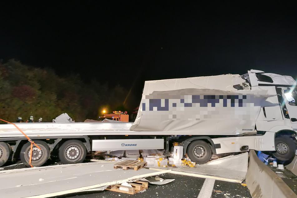 Der Lkw ragt auf die Gegenfahrbahn.