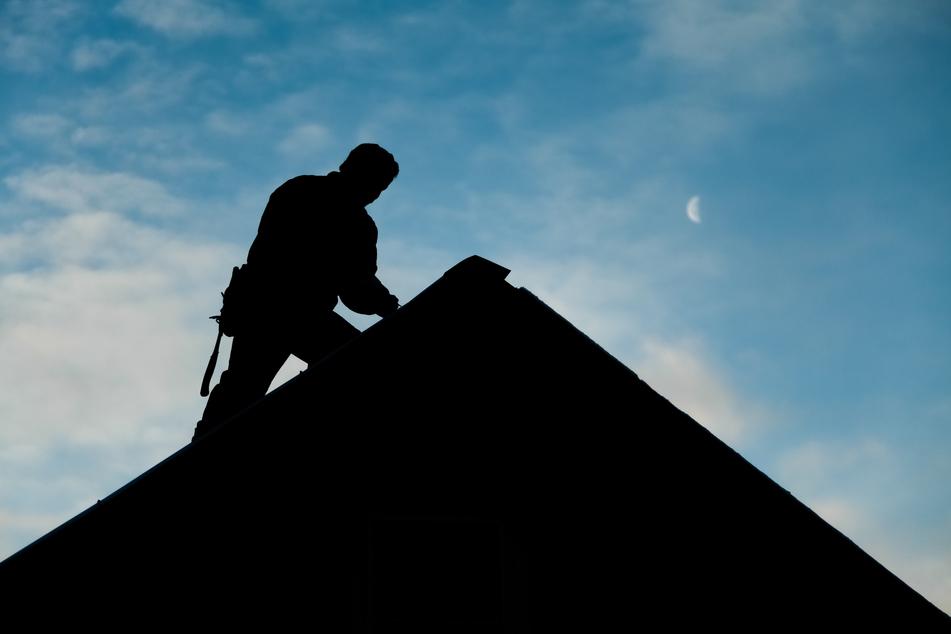 Der Mann war mit den Arbeiten an einer Rinne beschäftigt. (Symbolbild)