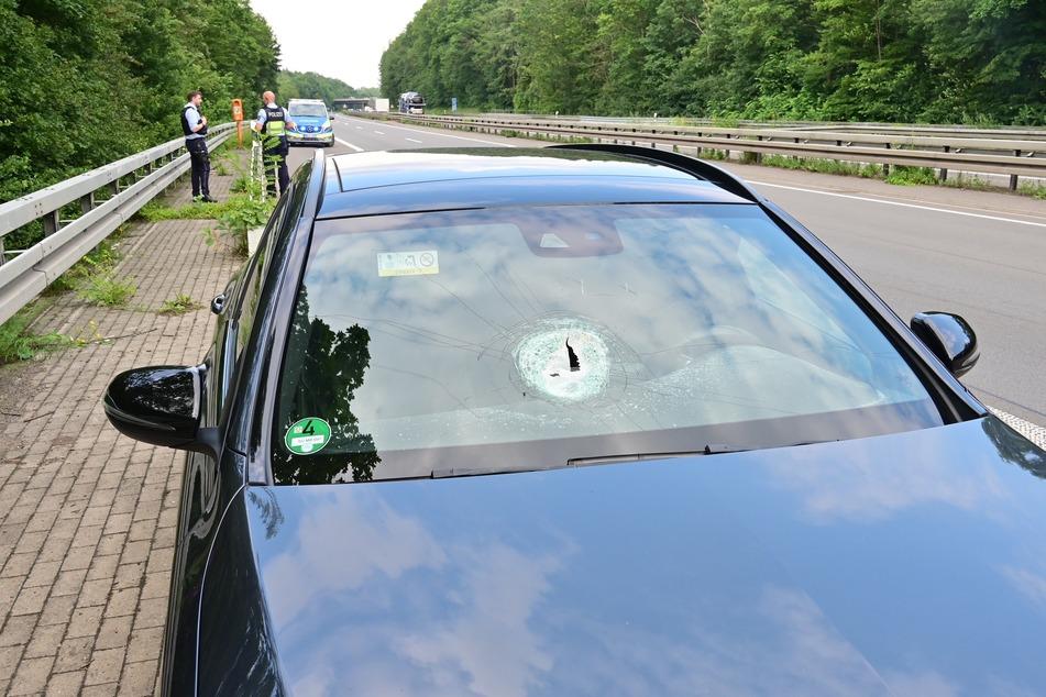 Unbekannte haben am Freitag einen mehr als faustgroßen Stein von einer Brücke in Brühl geworfen und ein Auto getroffen.