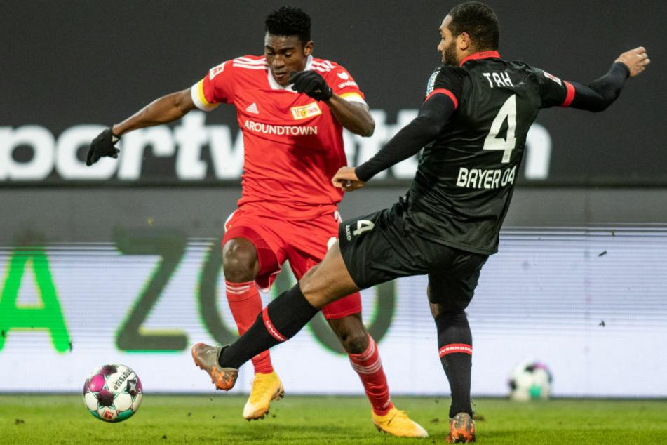 Unions Taiwo Awoniyi (l.) im Zweikampf mit Bayers Jonathan Tah.