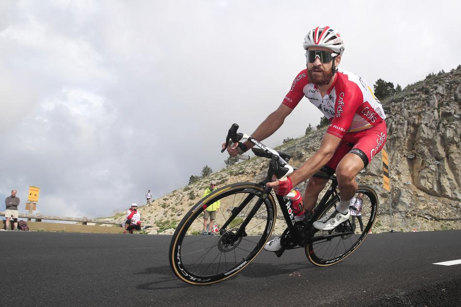 Der Deutsche Simon Geschke (35) vom Team Cofidis fährt den Mont Ventoux hinunter.