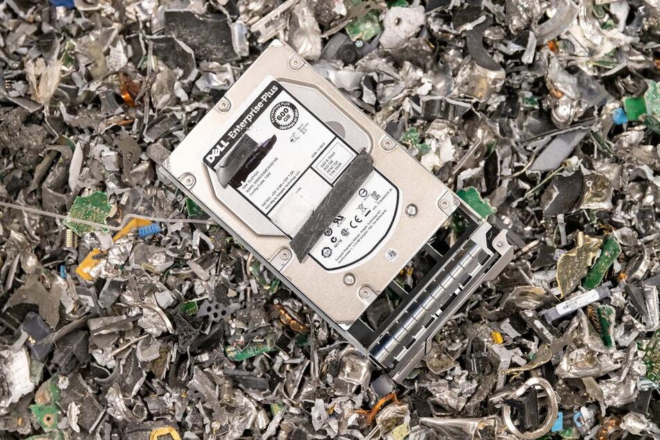 Auch elektronische Datenträger, beispielsweise Festplatten, werden zerkleinert.