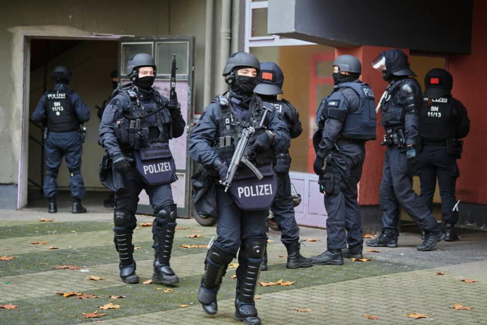 Knapp ein Jahr nach dem Kunstdiebstahl im Dresdner Grünen Gewölbe hat die Polizei am Dienstagmorgen in Berlin drei Tatverdächtige festgenommen.