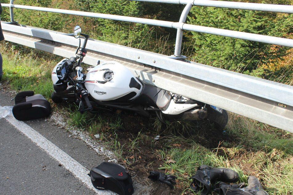 Das Motorrad der Marke Triumph rutschte unter eine Leitplanke.