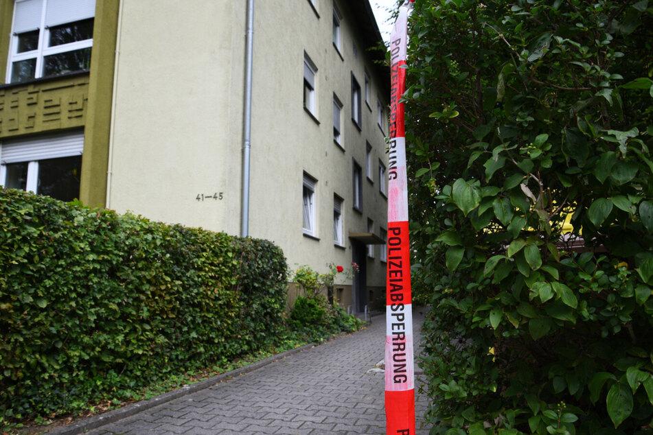 Die Frau wurde vor ihrer Wohnung von ihrem Mann hinterrücks mit einem Messer angegriffen.