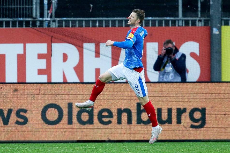 Alexander Mühling schoss Holstein Kiel gegen Regensburg zum siebten Heimsieg in Folge. Nun brauchen die Störche nur noch einen Dreier für den Bundesliga-Aufstieg.