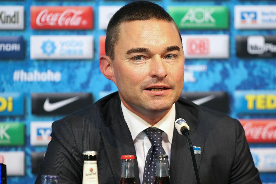 Lars Windhorst (43) bei einer Pressekonferenz von Hertha BSC. Wie am Mittwoch bekannt wurde, verschiebt sich eine 100-Millionen-Euro-Zahlung des Investors an den Hauptstadtklub.