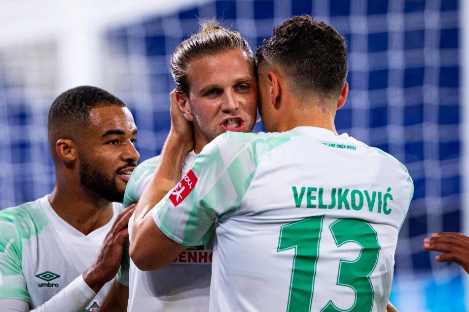 Niclas Füllkrug (M.) schoss den SV Werder Bremen mit drei Treffern zum verdienten und eminent wichtigen Auswärtssieg.