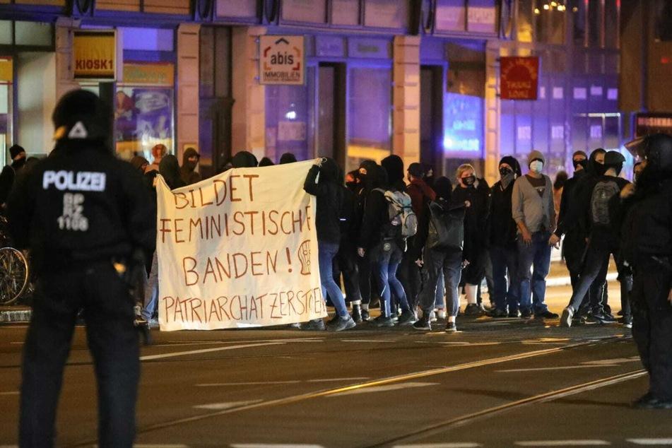 Wenig später kam es zu einer weiteren Demonstration vor der Polizeidirektion an der Dimitroffstraße. Die Teilnehmer forderten die Freilassung der Festgenommen.