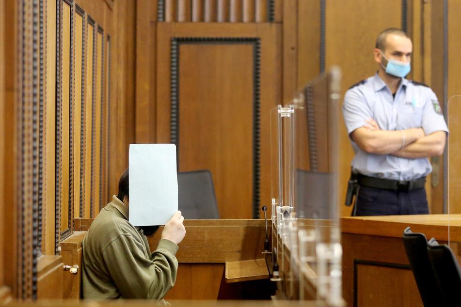 Ein weiterer Angeklagter (l.) vor Gericht.