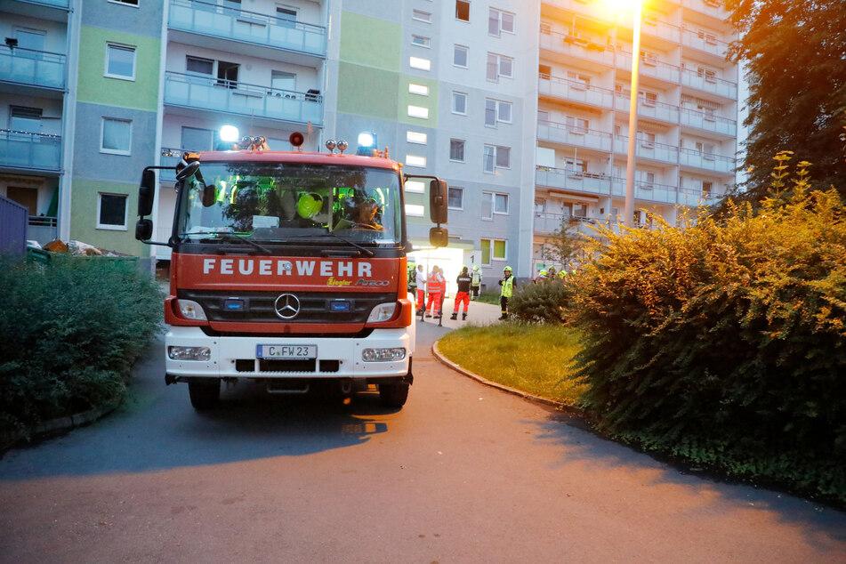 Feuerwehreinsatz in Chemnitz-Markersdorf am Sonntagabend! Im Treppenhaus eines Wohnblocks war ein Papierhaufen in Brand geraten.