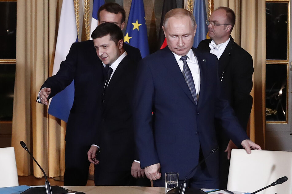 Wolodymyr Selenskyj (43,l) und Wladimir Putin (68,2.v.r.) 2019 bei einem Treffen im Pariser Elyseepalast.