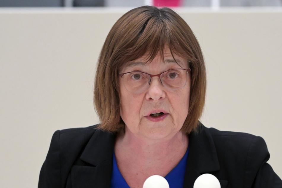 Brandenburgs Gesundheitsministerin Ursula Nonnemacher (63, Grüne) hat den Einsatz der Beraterfirma Kienbaum für die Corona-Impforganisation mit Kosten von fast einer halben Million Euro netto als dringlich verteidigt.