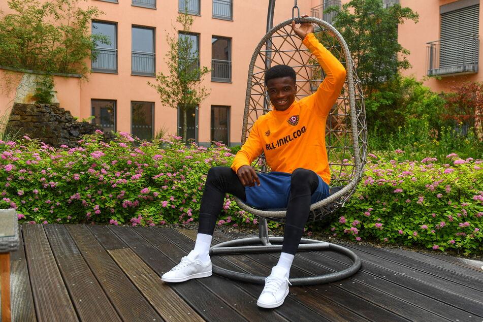 Michael Akoto (23), hier im Trainingslager in Heilbad Heiligenstadt in einem Hängestuhl, hat (fast) immer ein Lächeln im Gesicht.