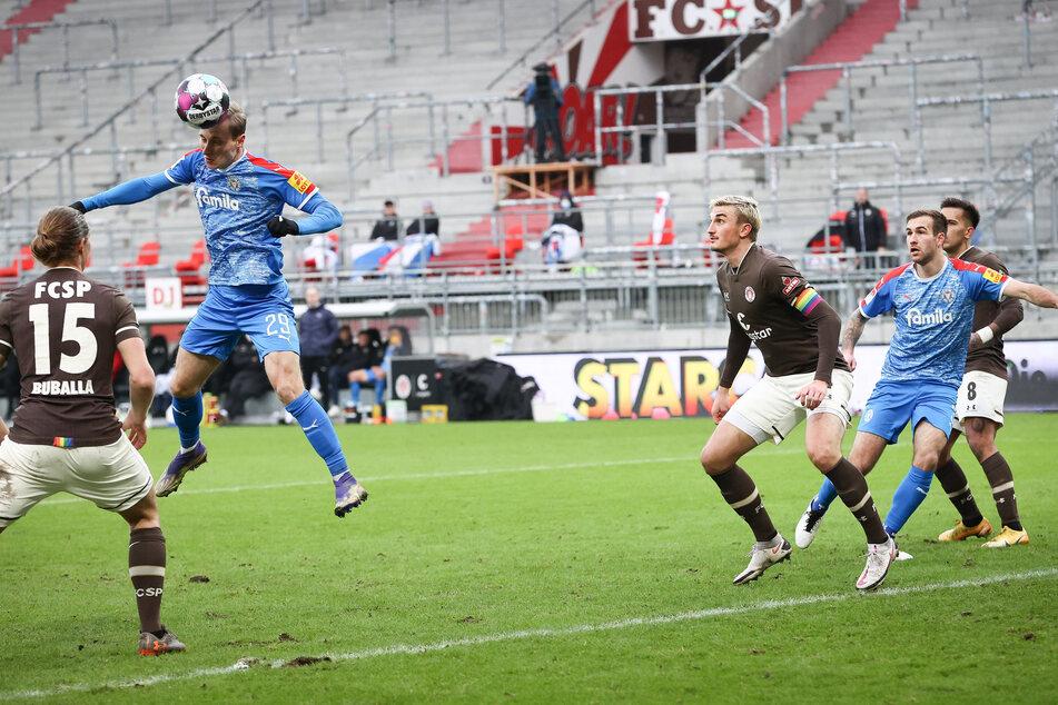 Holstein Kiels Joshua Mees (2.v.l.) erzielte unbedrängt den 1:1-Ausgleich gegen den FC St. Pauli.