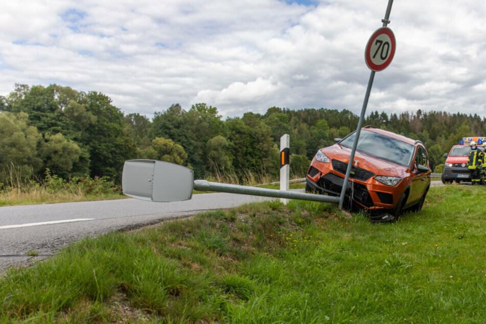 Seat fällt Laterne: Schwerer Unfall im Erzgebirge