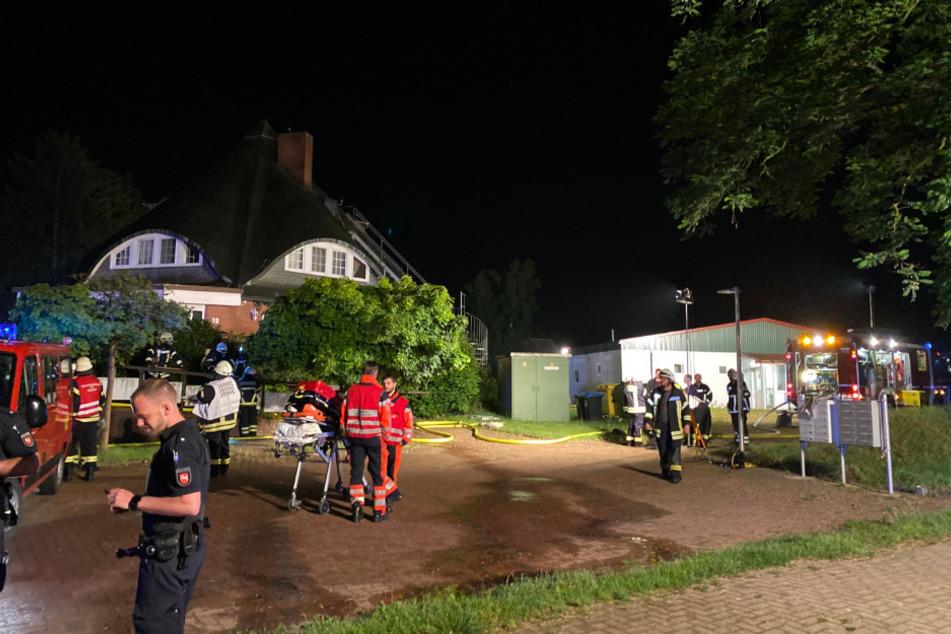 Polizei und Feuerwehr sind vor der Flüchtlingsunterkunft im Einsatz.