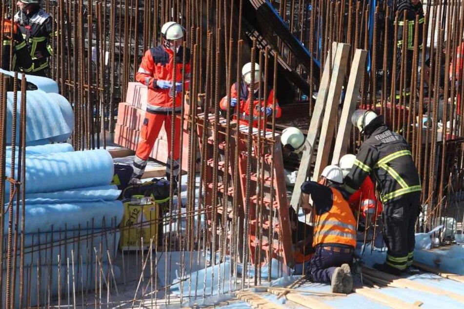 Die Rettungskräfte versorgen die beiden lebensgefährlich verletzten Arbeiter.
