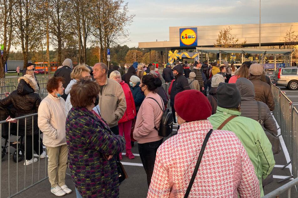 Schlangen vor den Supermärkten: Lidl eröffnet in Lettland