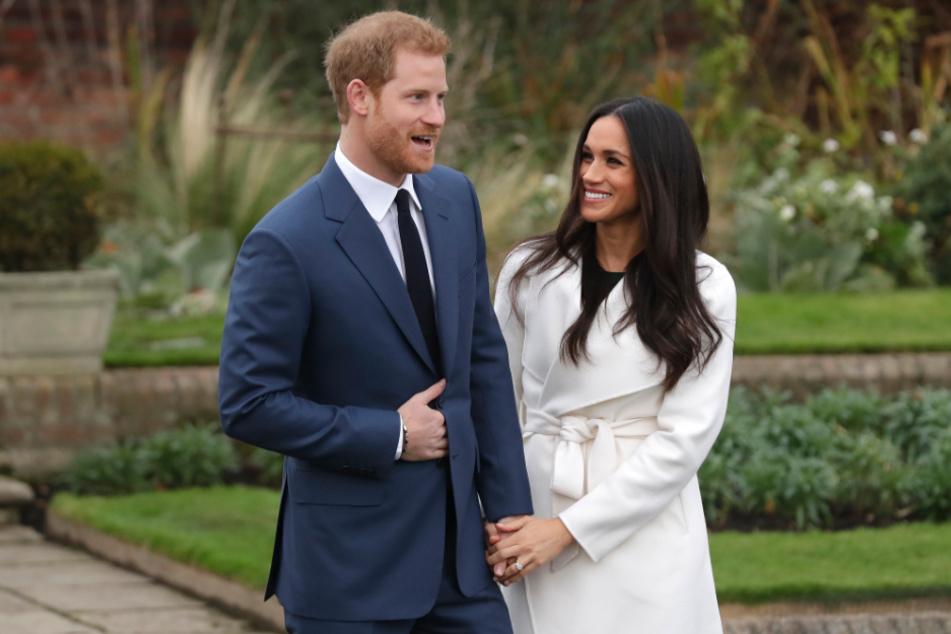 Prinz Harry und Herzogin Meghan Markle treten zur Verkündigung ihrer Verlobung vor Fotografen. Rund zwei Monate nach der Ankündigung, sich von ihren royalen Aufgaben zurückziehen zu wollen, sind Prinz Harr