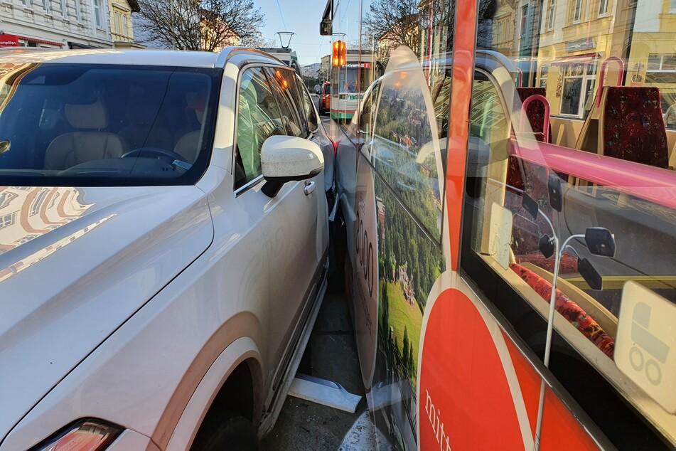 63-Jähriger will abbiegen und kracht dabei in Straßenbahn