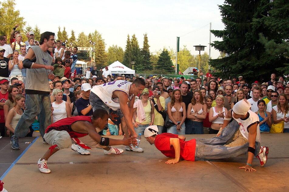 """Auch Breakdance gehört zum HipHop: """"B-Boys"""" zeigten am Stausee Oberrabenstein ihr Können."""