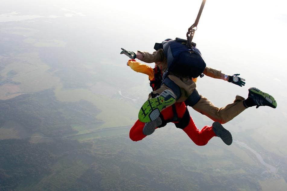 Ein Fallschirmsprunglehrer rettete seinem Passagier das Leben, weil er sich unter ihm befand, als die Schirme nicht aufklappten. (Symbolbild)