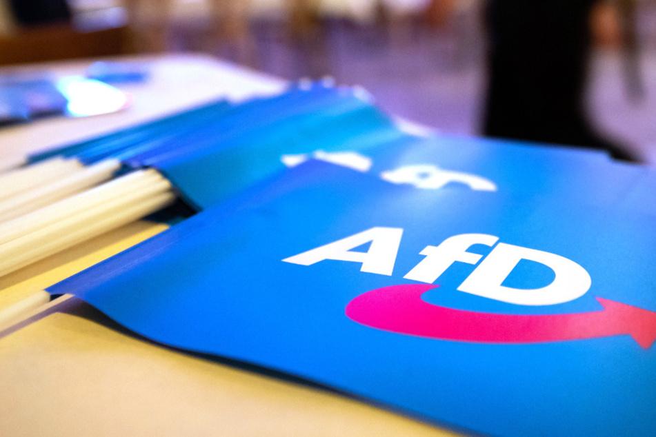 Fähnchen mit dem Logo der AfD liegen beim Landesparteitag der AfD Bayern auf einem Tisch. (Symbolbild)
